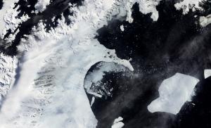 Image de la désintégration de la plateforme Larsen-B prise le 17 février 2002. (Credit: MODIS, NASA's Earth Observatory)