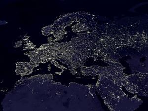 Les lumières utilisées par les hommes montrent la répartition de la population et la forte urbanisation en Europe (Source : Nasa)