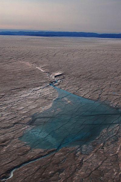 Lac de fonte dans l'ouest du Groenland, au nord du glacier Jakobshavn (crédit : Matthew Hoffman - NASA Ice)