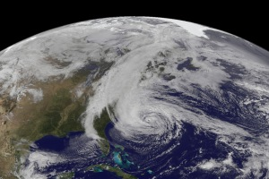 Ouragan Sandy en octobre 2012. Source : NASA Earth Observatory/ Robert Simmon /NASA/NOAA GOES Project Science team.
