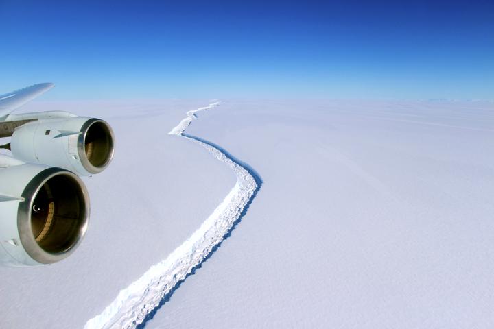 Photo de la faille sur la plateforme Larsen C en novembre 2016. (Crédit : NASA/John Sonntag)